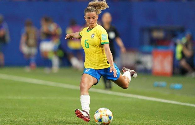 Única mãe na Seleção Brasileira, Tamires já desistiu do futebol três vezes