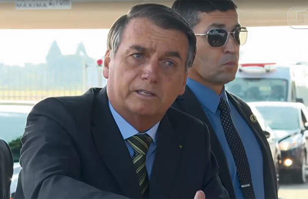 Bolsonaro insinua que queimadas na Amazônia podem ser para incriminá-lo