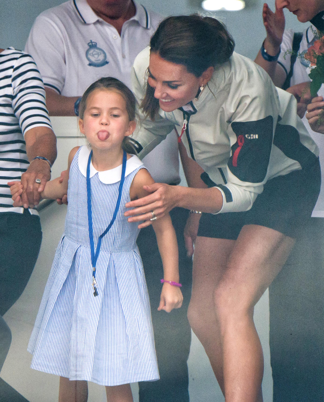 princesa-charlotte-mostra-lingua