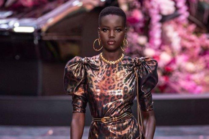 Modelo Adut Akech acusa revista australiana de racismo apóes ter sua foto trocada pela de outra modelo negra