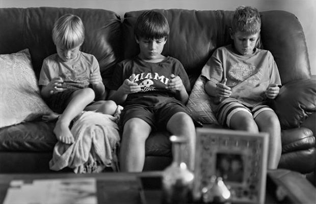 Fotógrafo cria série para mostrar como vício no celular traz solidão