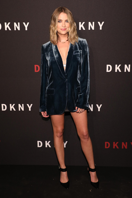 Look do Dia: Ashley Benson usou blazer de veludo com decote ...