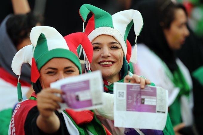 Iranianas entram como mulheres livres em estádio de futebol pela 1ª vez