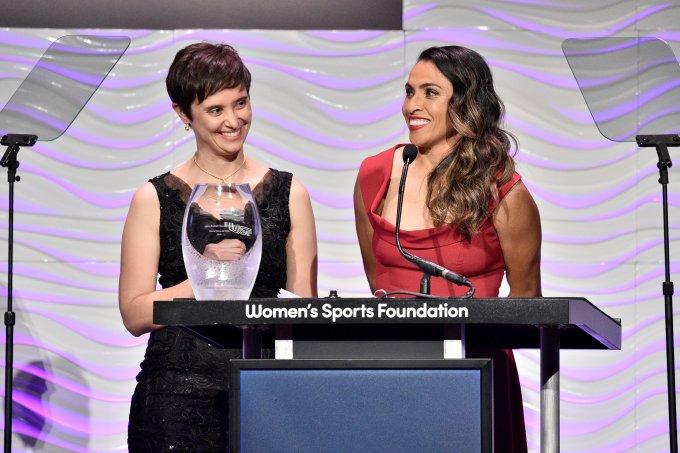 Marta recebe prêmio por sua batalha pessoal e pelas mulheres no futebol