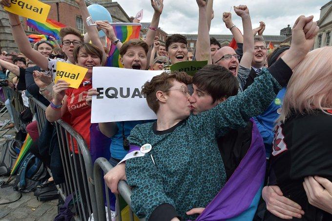 Casamento gay e aborto são legalizados na Irlanda do Norte em meio a festa