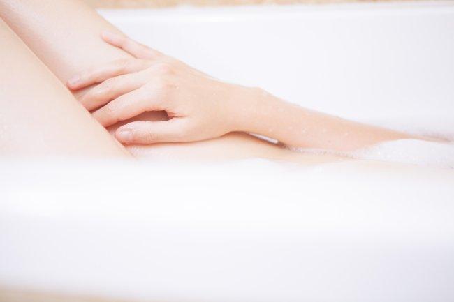 Na imagem, uma mulher coloca a mão sobre sua coxa