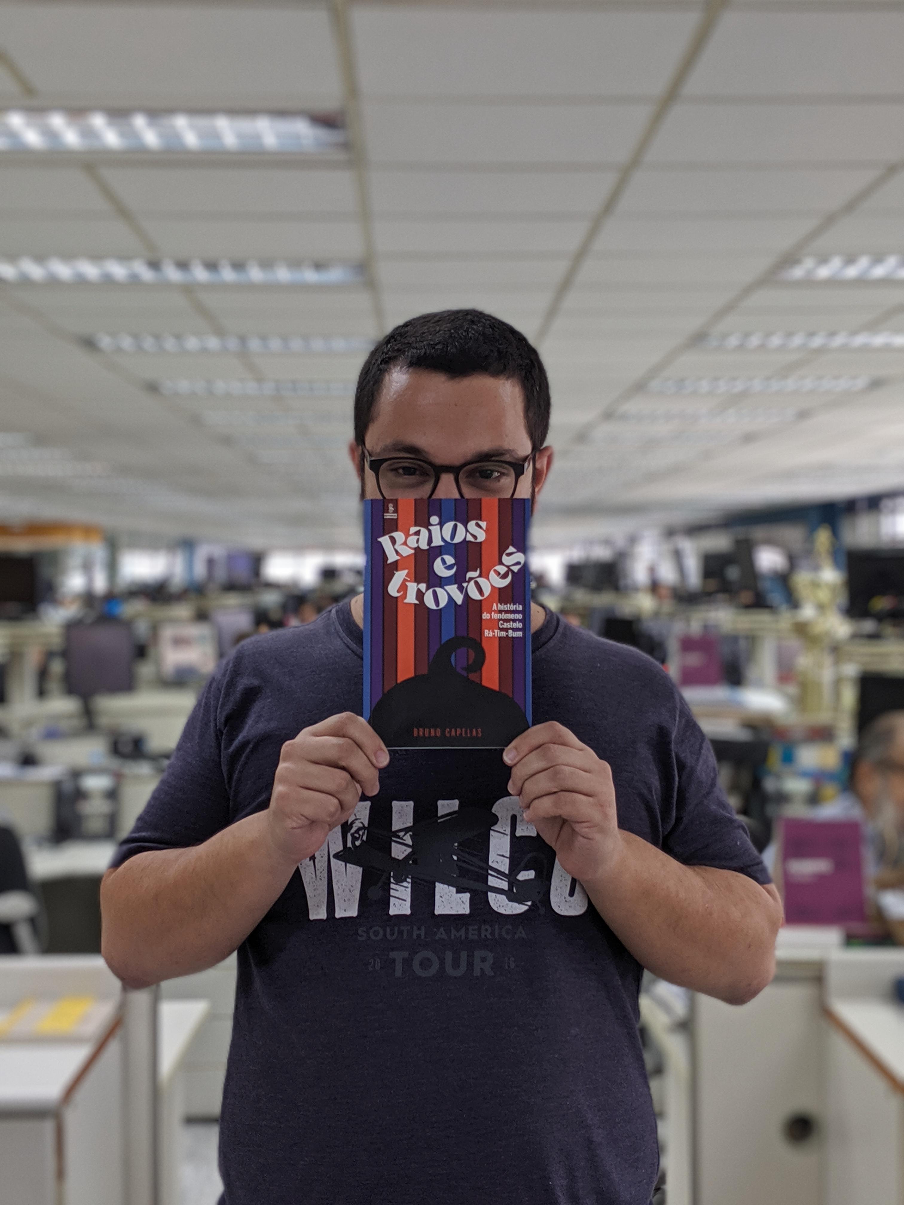 Bruno Capelas com livro Raios e Trovões