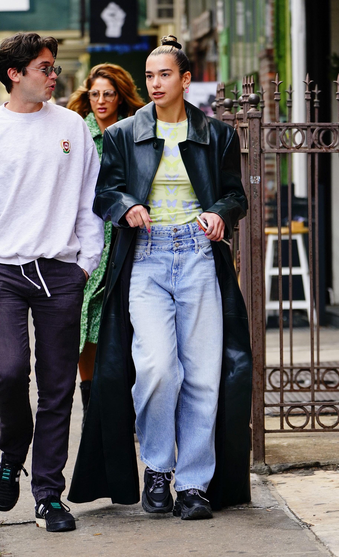Dua Lipa com calça jeans ~diferentona~