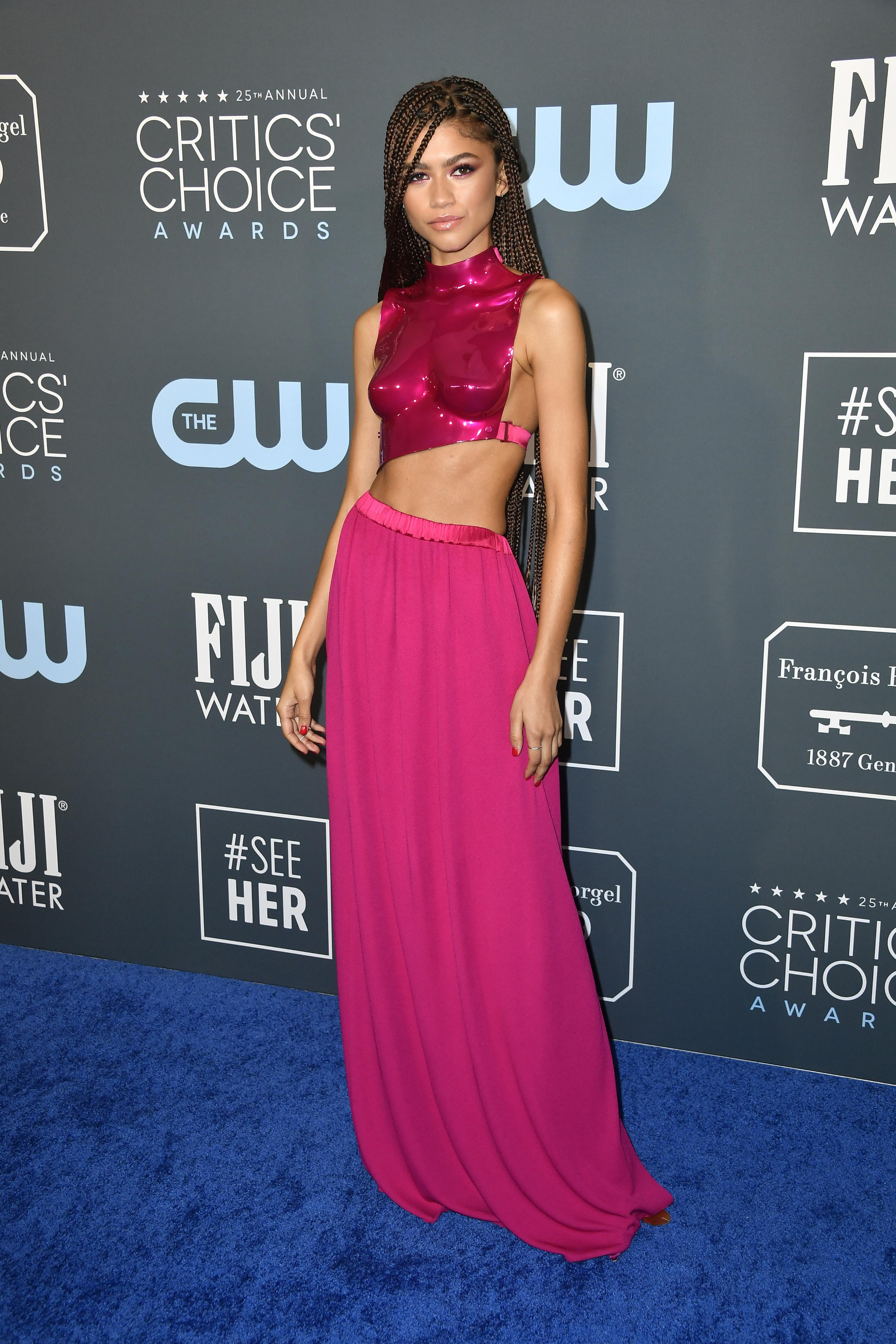 Zendaya usando vestido rosa no Critics's Choice Awards
