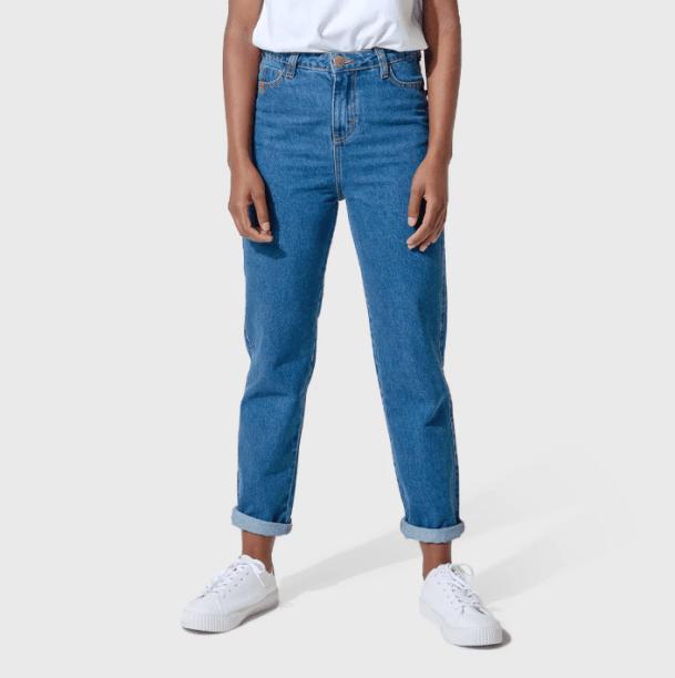 "Mom jeans <span>Aragäna (R$ 229,90*).</span><a href=""https://pt-br.facebook.com/araganaoficial/""></a>"