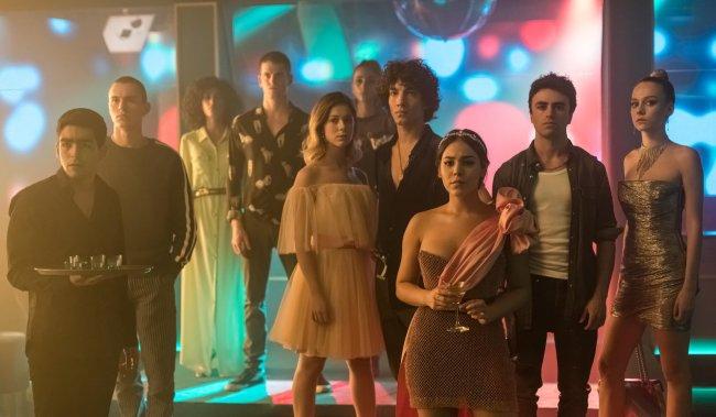 Personagens da terceira temporada de Elite; todos estão em uma festa com roupas elegantes encarando uma pessoa com expressões sérias