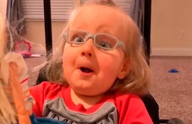Garotinha comove internet após receber Barbie que usa cadeira de rodas