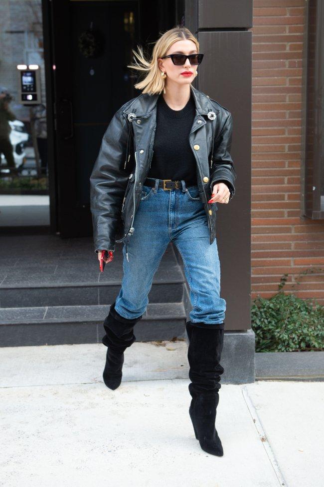 Hailey Bieber com bota slouch por cima da calça jeans