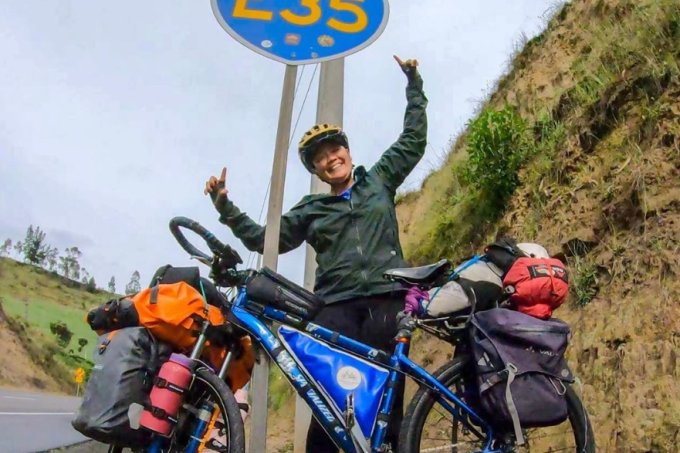 Brasileira percorre as Américas sozinha de bicicleta