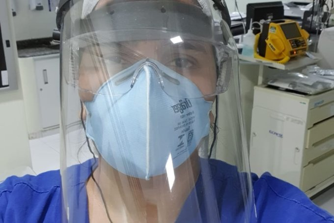 """Médica com COVID-19 revela rotina de tratamento: """"não conseguia respirar"""""""