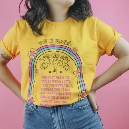 "Camiseta ""You Need To Calm Down"" da Mariei (R$ 58*)"