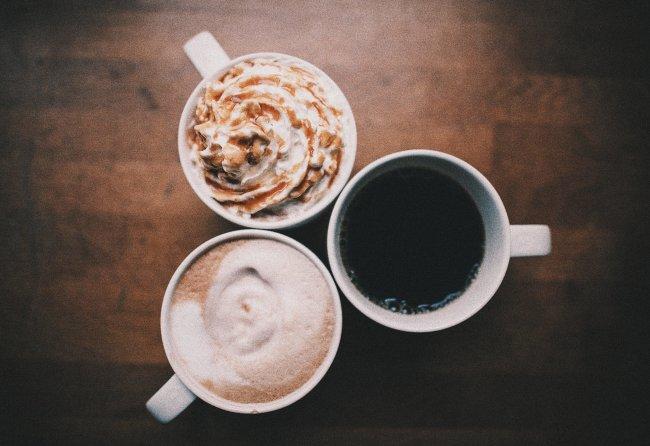 A imagem mostra três xícaras de café