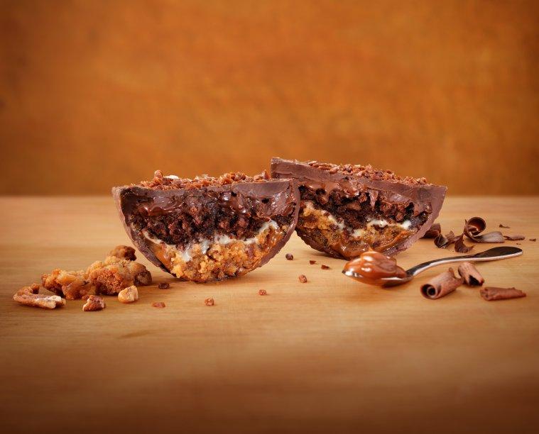 Outback Duo Thunder 290g com meio ovo de chocolate amargo recheado por cinco camadas: dois brownies artesanais, um de chocolate e o outro de doce de leite Havanna, ambos com nozes pecãs, ganaches de chocolate branco e de chocolate meio amargo e creme trufado de doce de leite (R$ 39,90*)