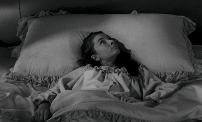 garota de camisola em uma cama