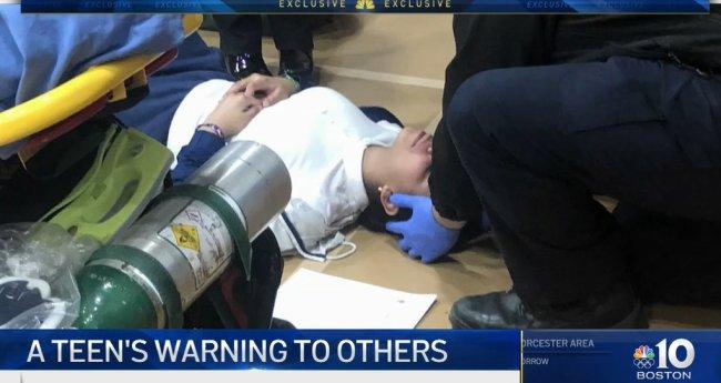 A adolescente Kathleen DeJesus sendo socorrida no colégio.