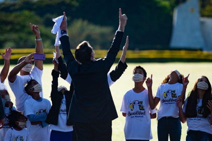 Luta contra ideologia de gênero é urgência de Bolsonaro em meio à pandemia