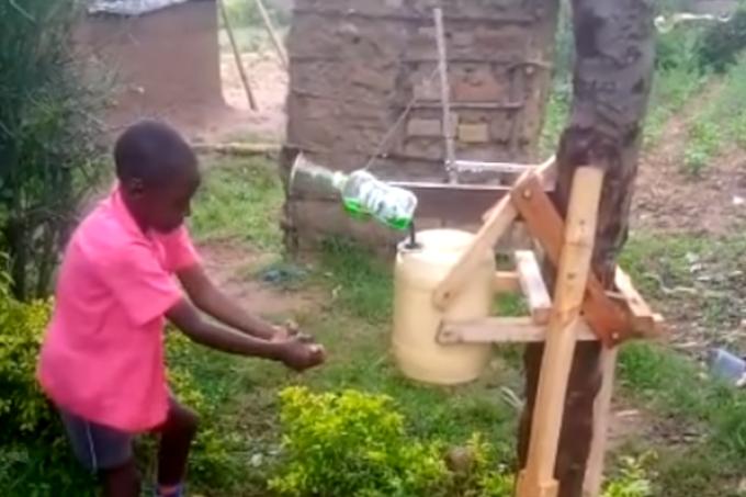 """Criança cria torneira """"sem contato"""" e reduz difusão da COVID-19 no Quênia"""