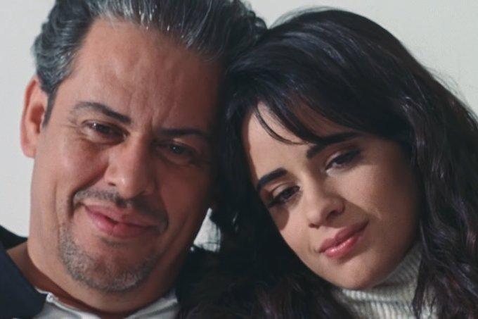 """Camila Cabello lança clipe de """"First Man"""" em homenagem ao pai: """"meu herói"""""""