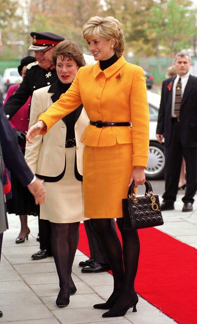 Princesa Diana em Liverpool, no Reino Unido, em 1995 com a sua Lady Dior