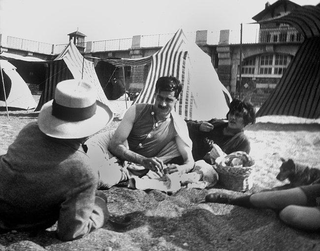 "Coco Chanel e Arthur ""Boy"" Capel na praia em 1917"