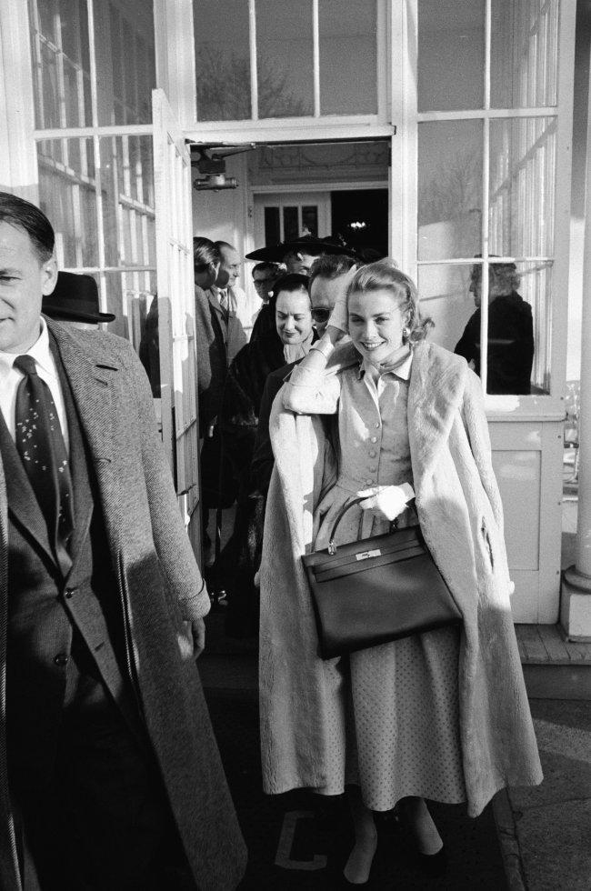 Grace Kelly em 1956 com a sua bolsa Kelly, da Hermès