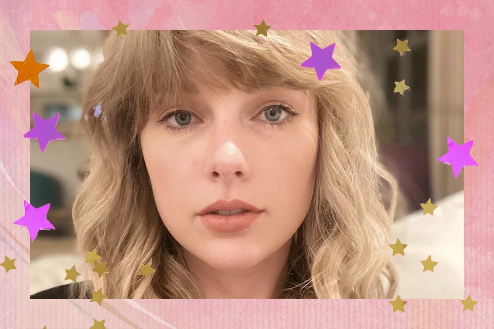 Selfie de Taylor Swift com expressão neutra, cabelo solto e franja