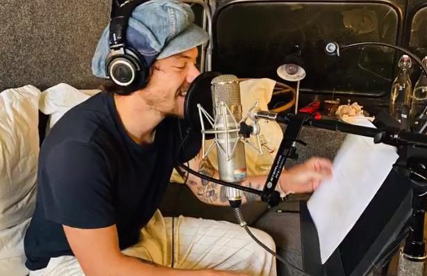 Já ouviu os áudios que o Harry Styles gravou para você dormir melhor?