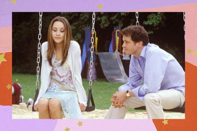 Cena do filme Ela É O Cara. Protagonista está sentada num balanço, conversando com o pai