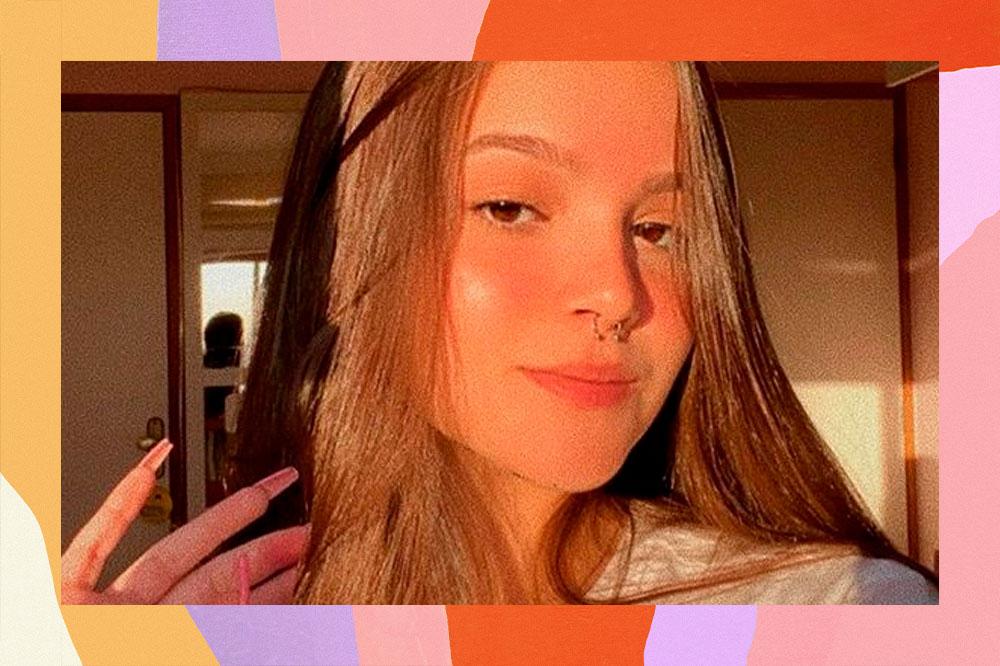 Selfie de Mel Maia com o rosto refletido no sol