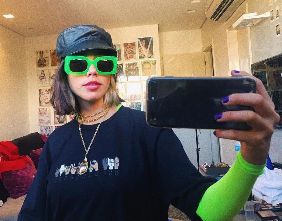 Clara Câmpara usando óculos verdes