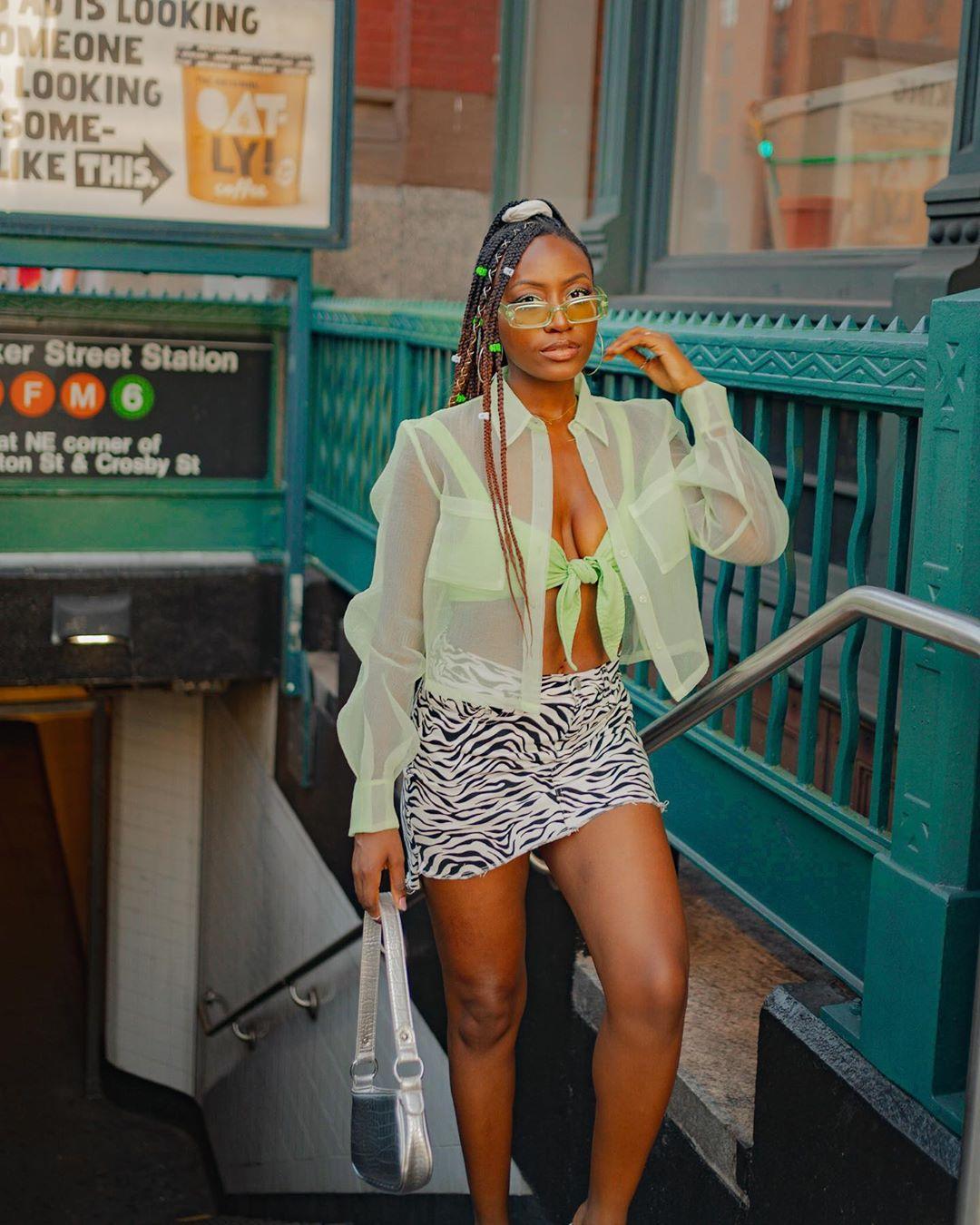 Nkenge usando óculos verdes