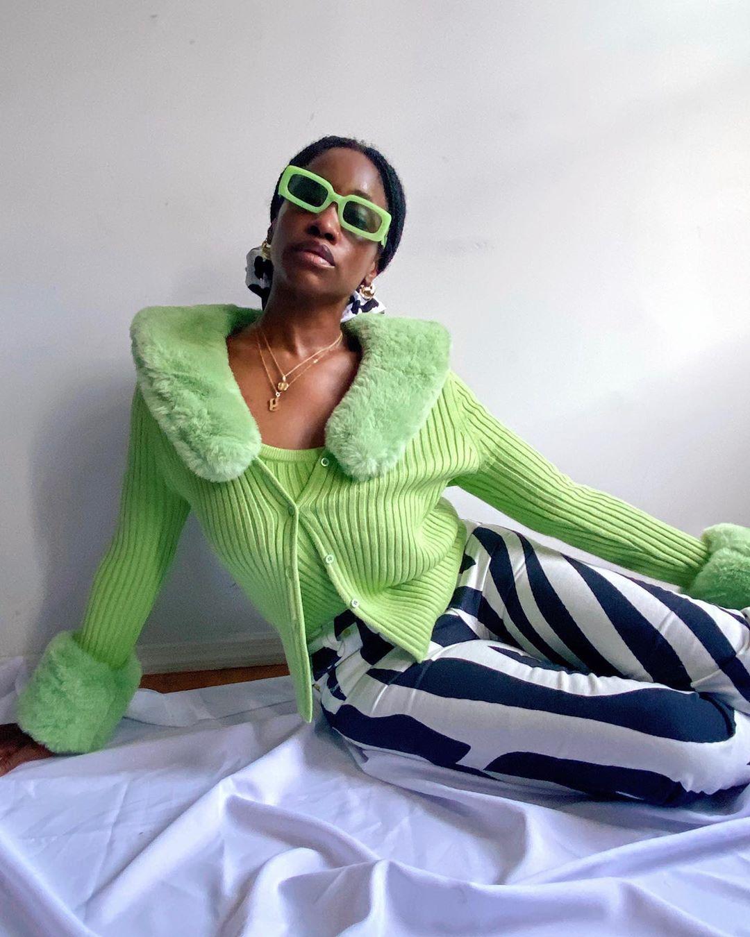 Yolande Macon usando óculos verdes
