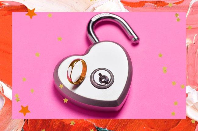 cadeado prata em forma de coração aberto. Sobre ele, uma aliança dourada