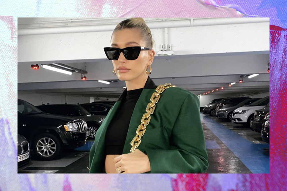 Hailey Bieber usando óculos escuro e blazer verde