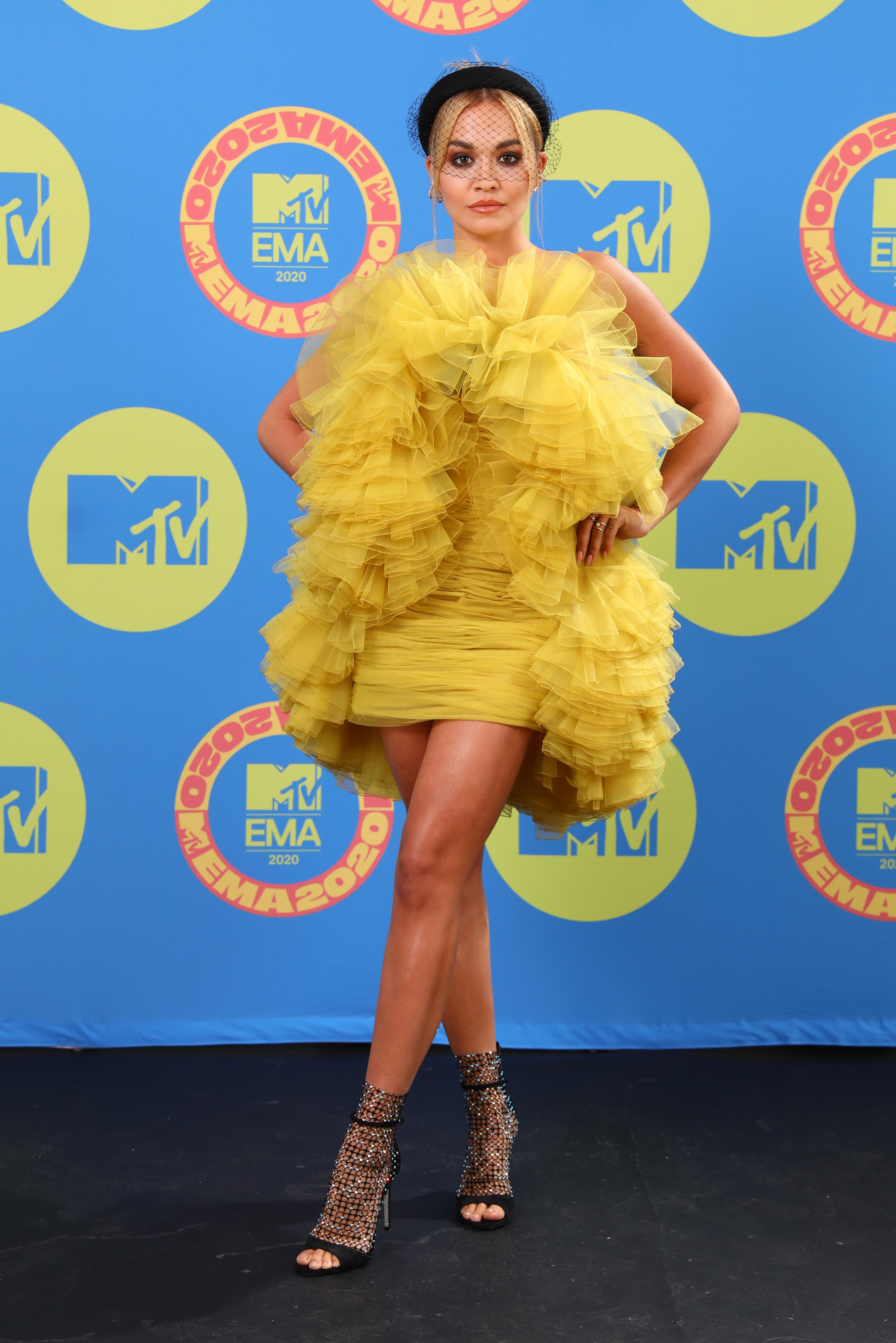 Rita Ora usando vestido amarelo no EMA 2020