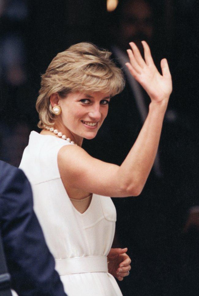 Princesa Diana acenando com vestido branco.
