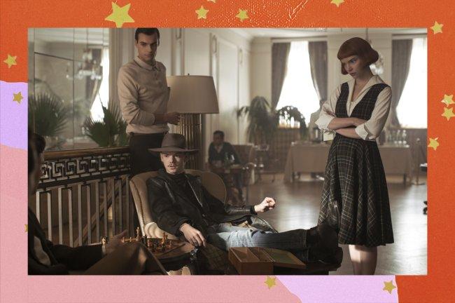 Cena de o gambito da rainha com três personagens na imagem.