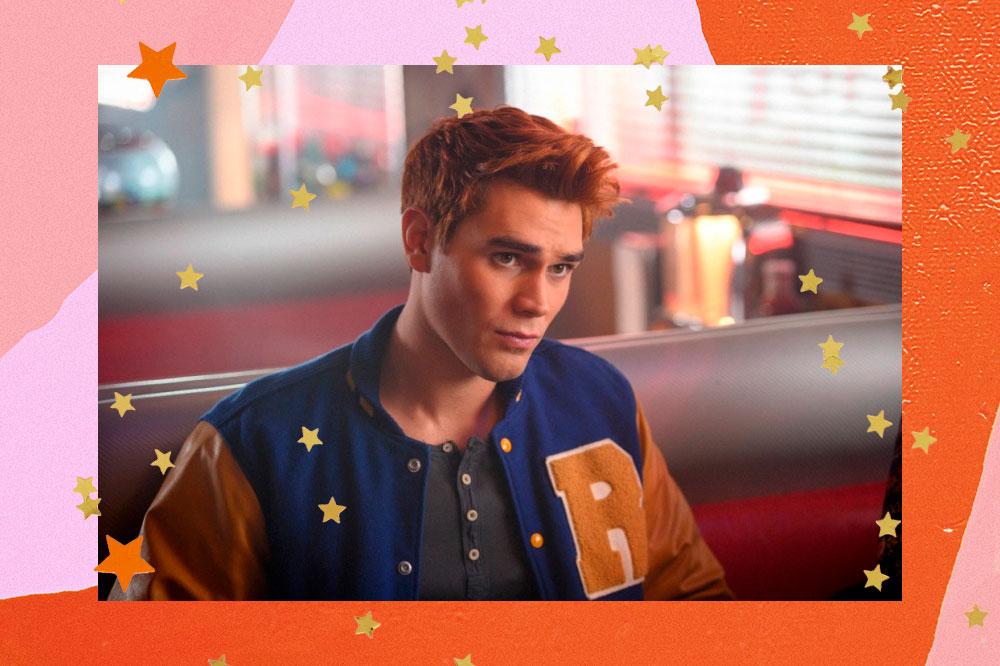 KJ Apa em cena de Riverdale usando o casaco com logo da escola no Pop's; a margem é uma textura em tons de rosa e laranja com estrelas amarelas e laranjas como decoração