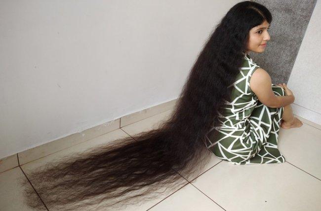 Nilanshi Patel, adolescente com o cabelo mais longo do mundo, mostrando os fios