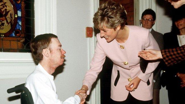 Princesa Diana apertando a mão de paciente soropositivo