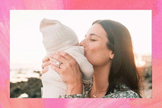 Lea Michele abraçada com o filho Ever Leo
