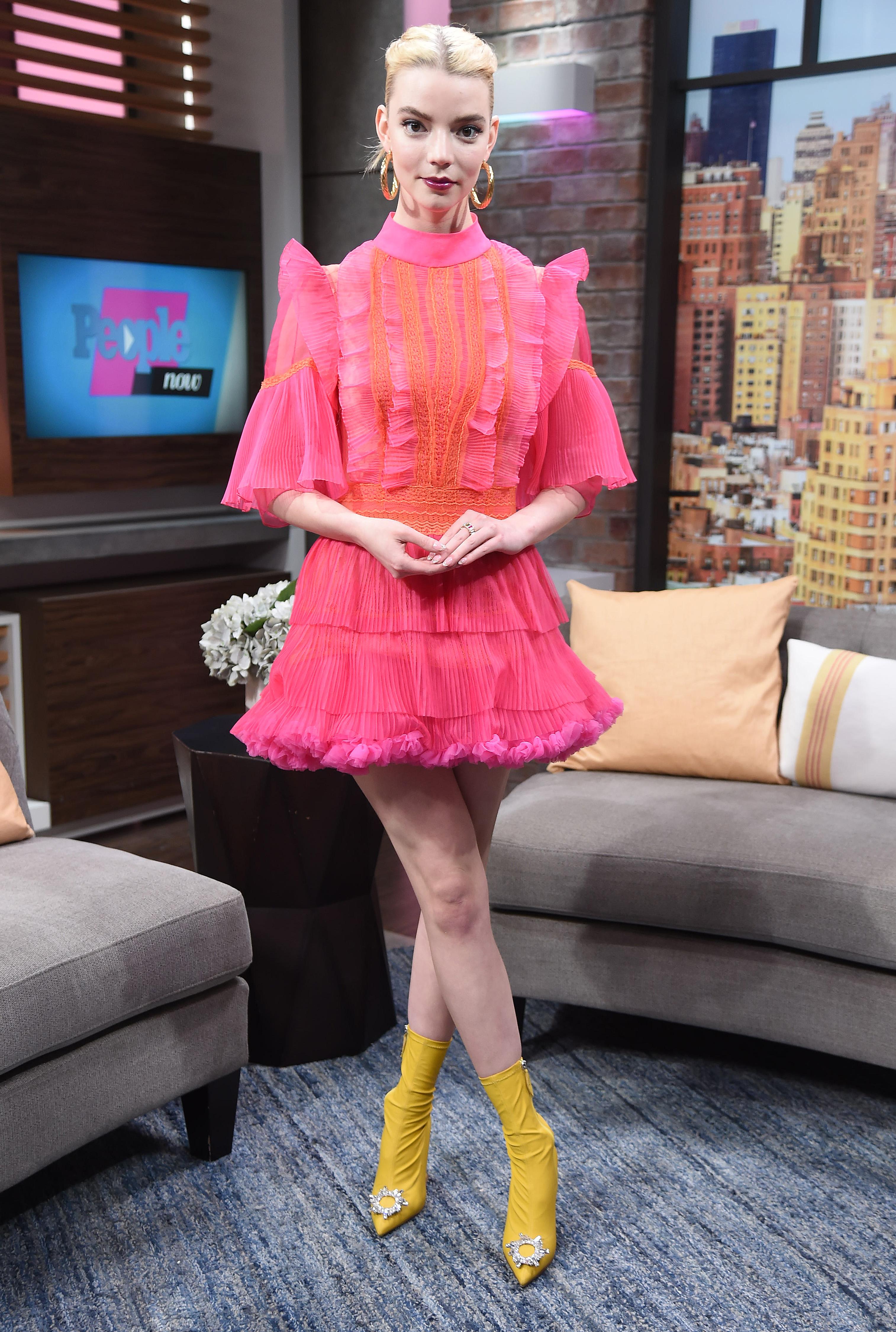 Anya Taylor-Joy usando vestido rosa curto de tule com scarpin amarelo com detalhe brilhante