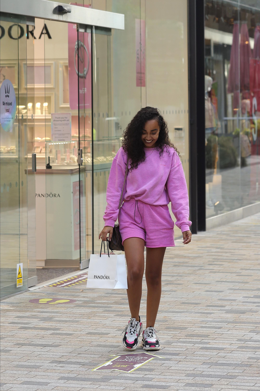 Leigh-Anne Pinnock usando conjuntinho rosa formado por blusa e short de moletom e dad sneakers branco, preto e rosa