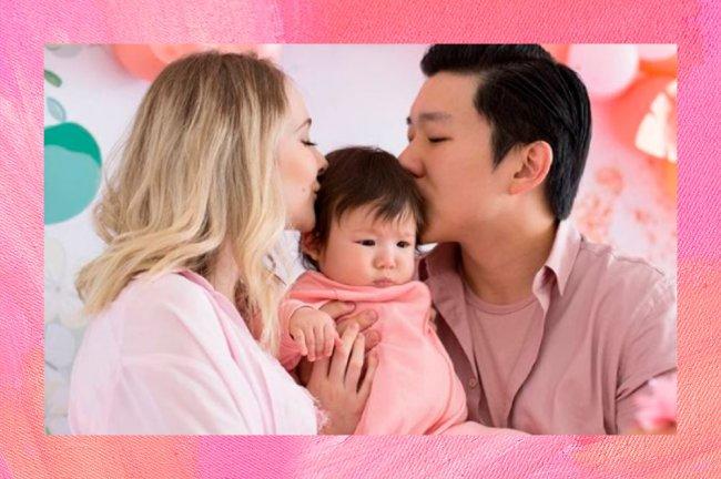 Pyong e Sammy Lee abraçados com Jake, o filho fofo do casal