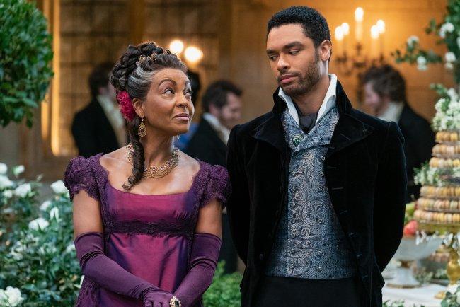 Lady Danbury, papel de Adjoa Andoh e Simon Basset interpretado por Regé-Jean Page